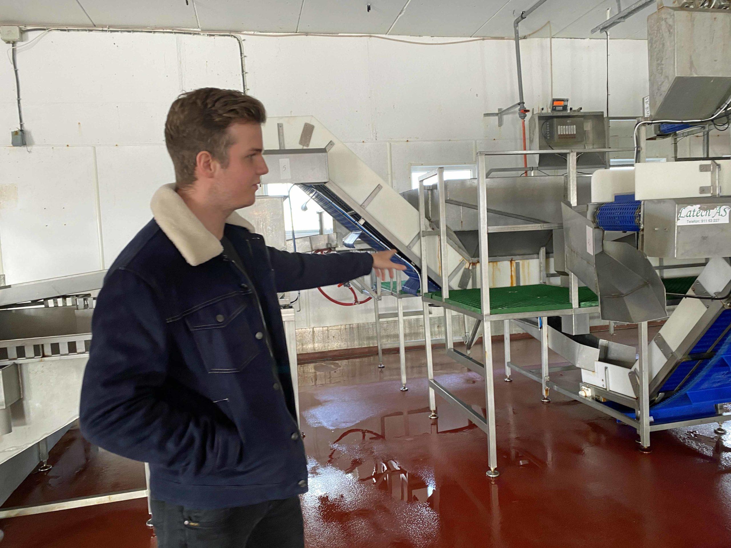 Fredrik Greger inne i produksjonshallen i familiebedriften.