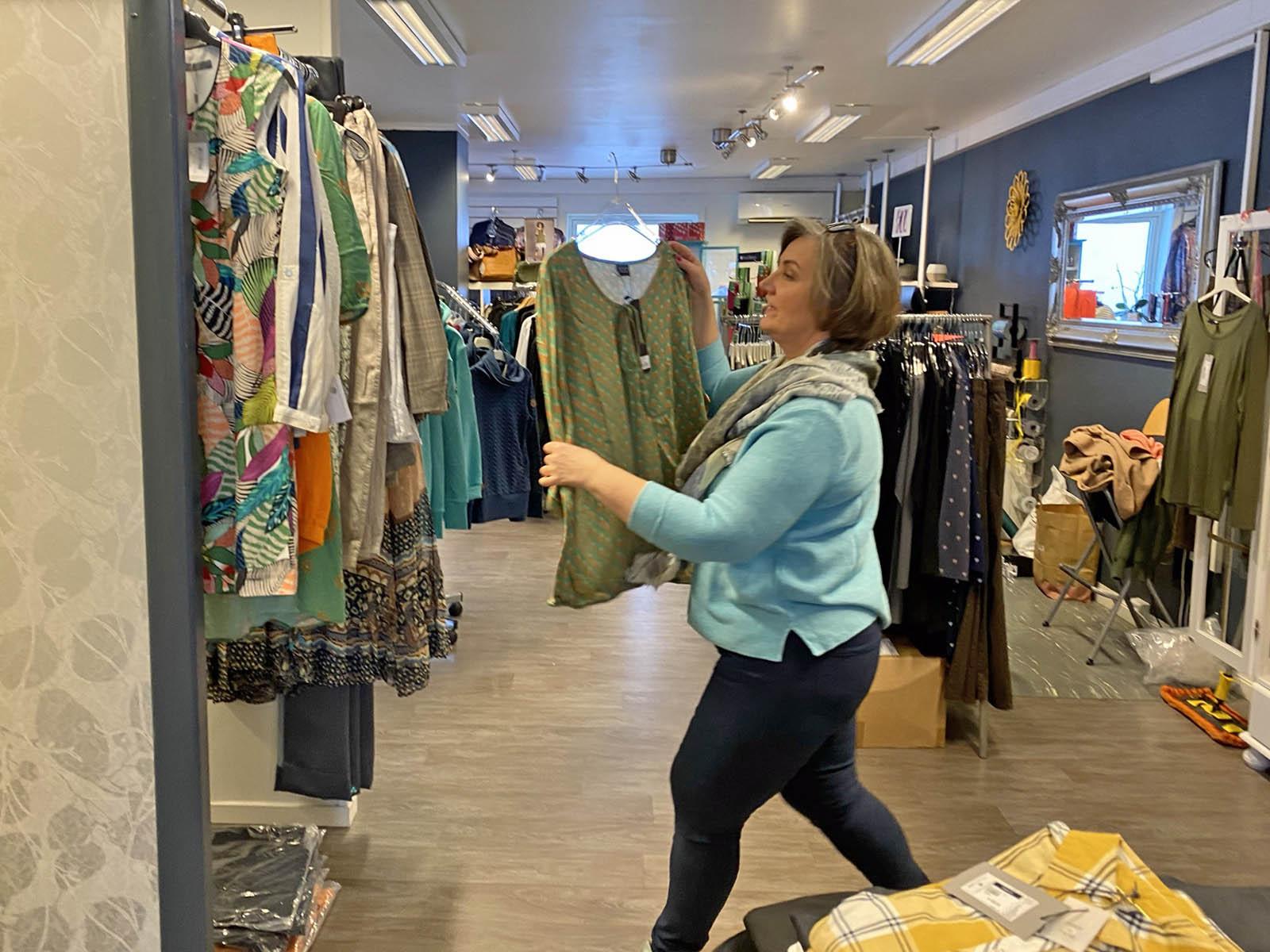 Siv-Janne forbereder neste livesending på Facebook og leter frem klærne hun skal presentere for kunder over hele landet.